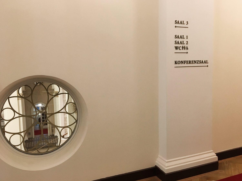 Eva Plass: <strong>Maximilianeum Bayerischer Landtag München</strong><br> &ndash; Signaletik / Besucherleitsystem 2018